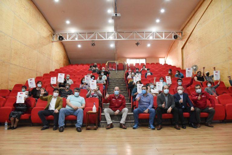 Bienes Nacionales entregó en Paillaco 15 títulos de dominio a familias y dos títulos a agrupaciones.